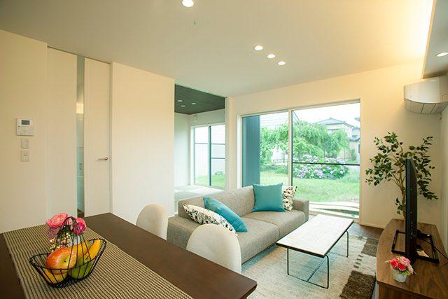 2色のガルバリウム×無垢外壁!間接照明のある無垢床のLDKのお家