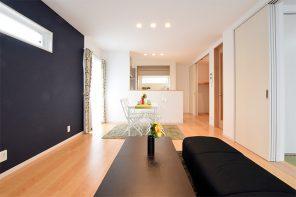 ブラックの外観、内観は細かく色味を変えた和室のある2世帯住宅 ハーバーハウス燕三条支店